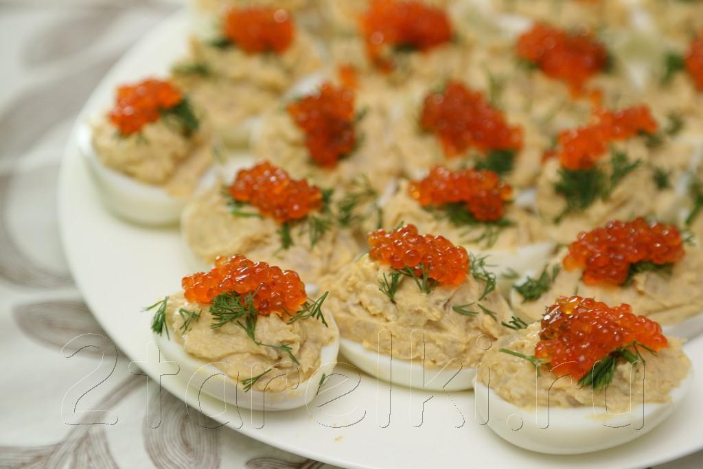 Фаршированные яйца с сельдью и икрой
