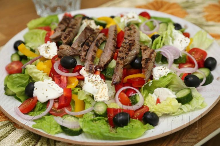 Греческий салат с говядиной-гриль