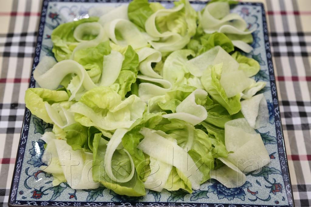Салат с печенью трески и огурцами 2