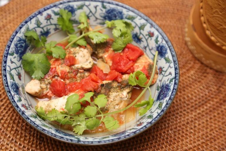 Куриная грудка, тушенная в пряном томатном соусе