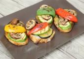 Брускетта с овощами и грибами