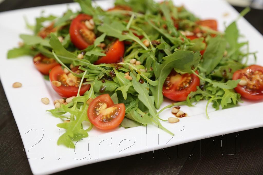 Салат с черри и рукколой