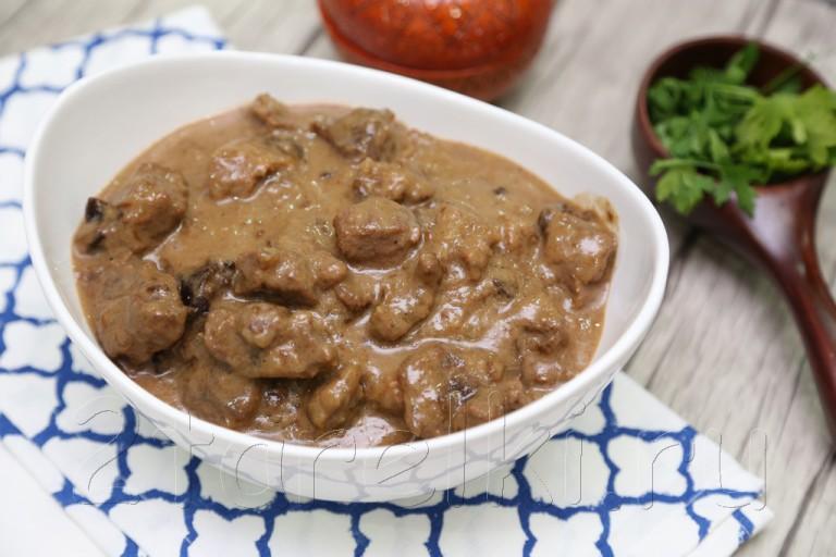 Тушеная говядина в сметанно-черносливовом соусе