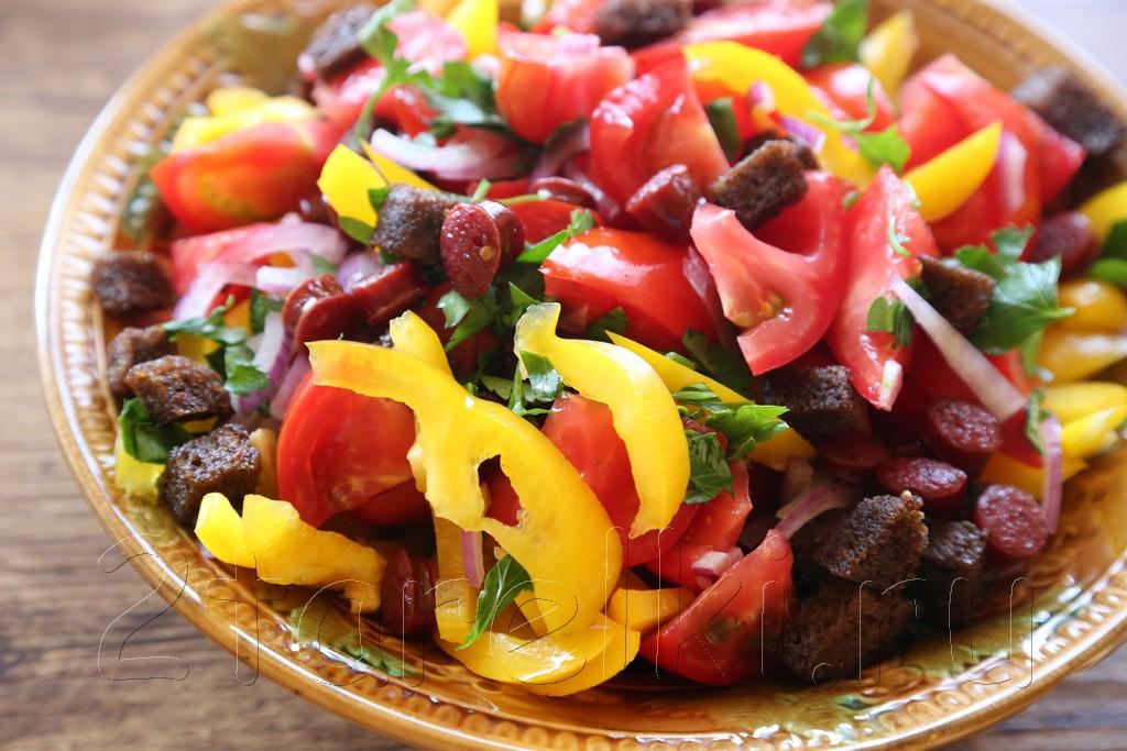Салат с охотничьими колбасками и овощами