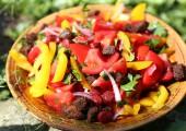 Салат с колбасками по-испански