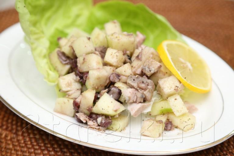 Фитнес-салат из тунца с яблоками и фасолью