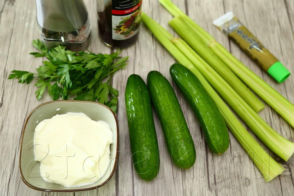 Салат из огурцов и сельдерея 1