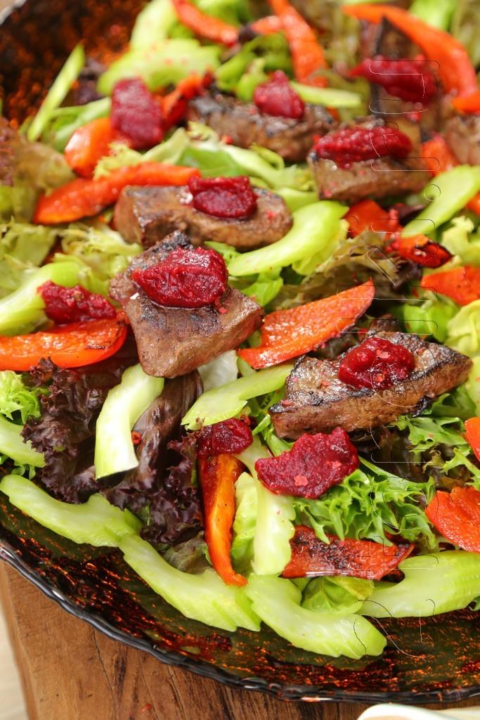 Салат с печенью и клюквенным соусом