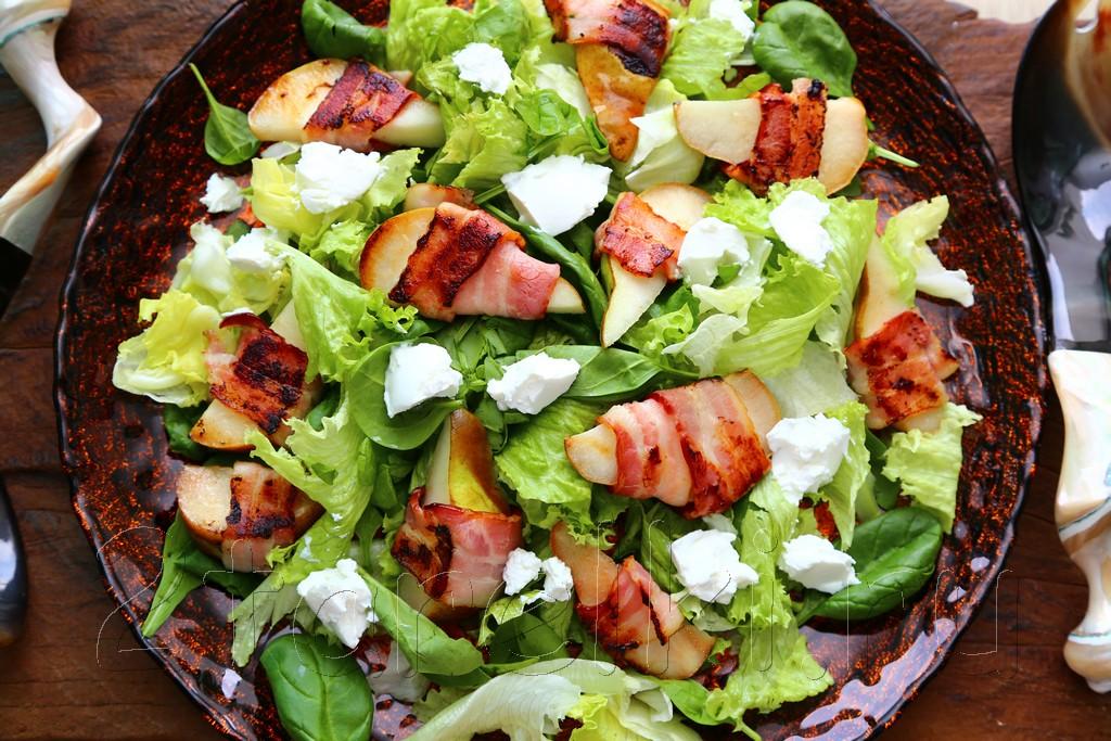 Салат с грушами и беконом