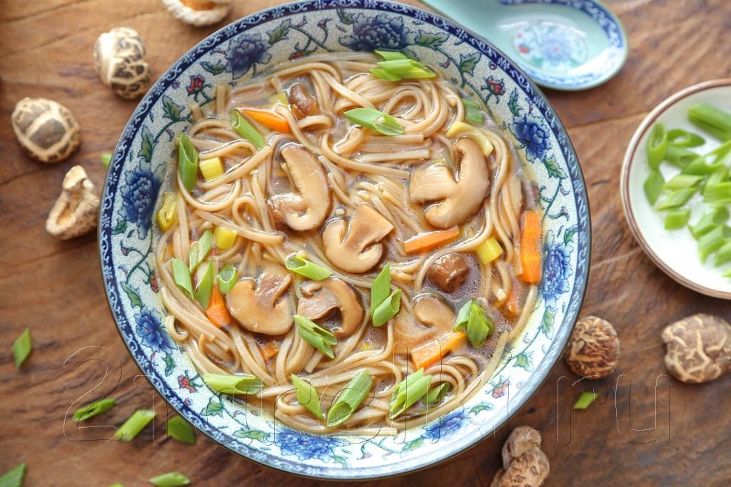 Суп из шиитаке с лапшой «соба»