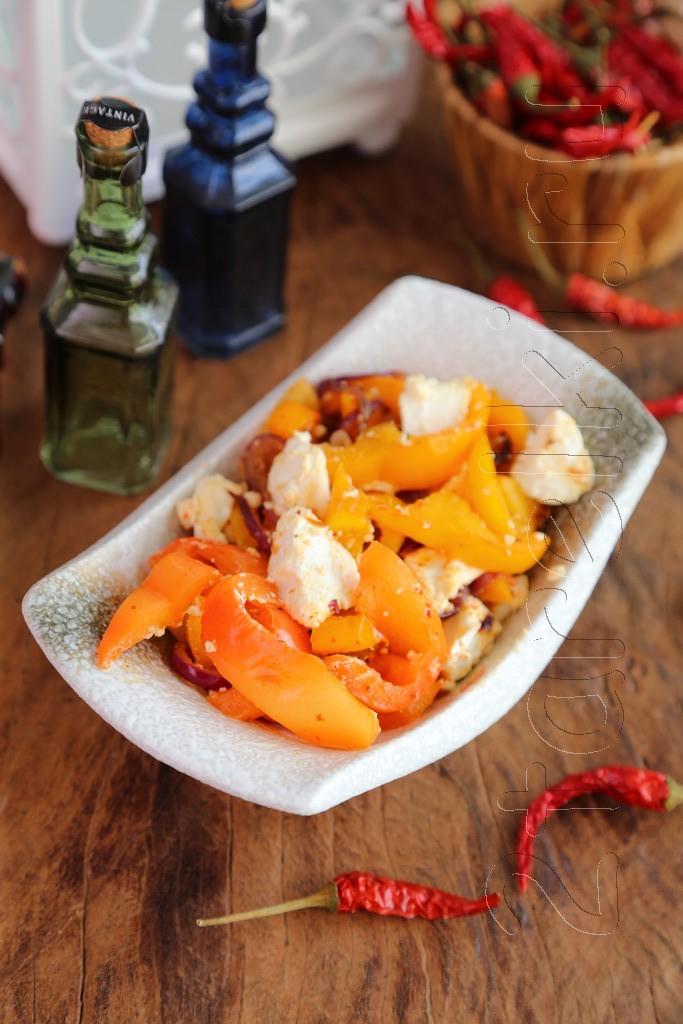 Теплый салат из перца с брынзой
