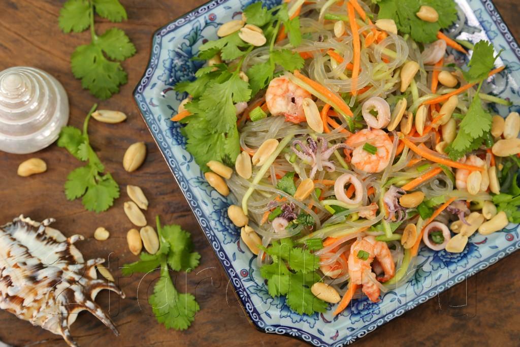 Салат из стеклянной лапши с морепродуктами по-тайски