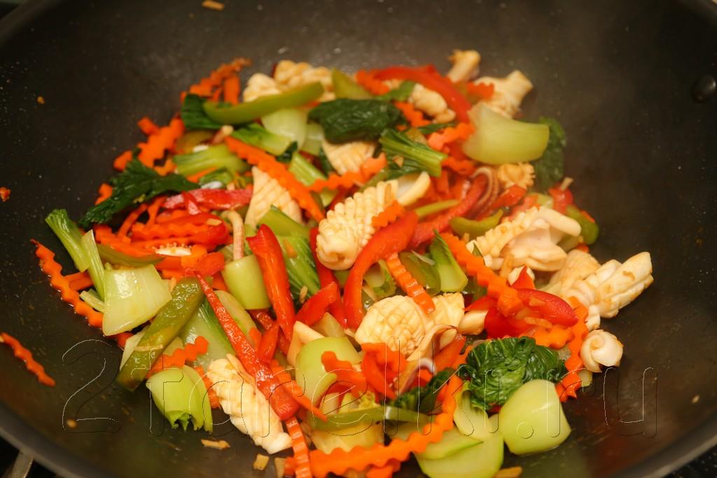 Кальмары с овощами по-азиатски