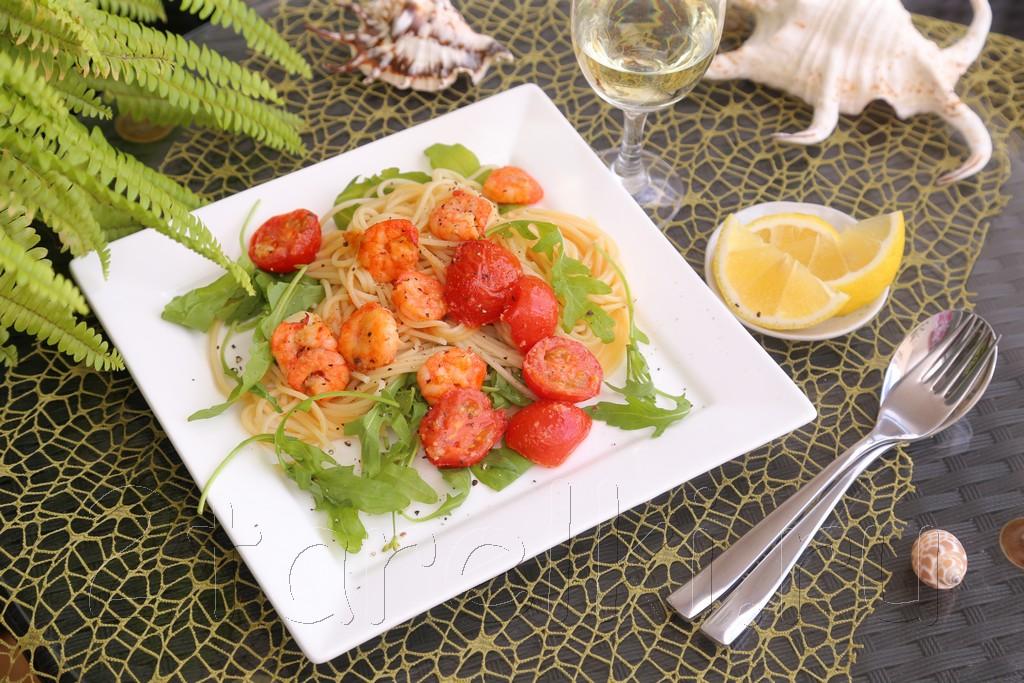 Спагетти с креветками и рукколой